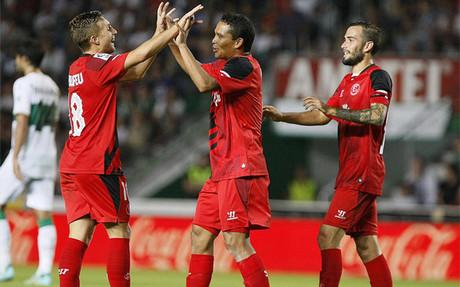 Bacca es felicitado por Deulofeu tras marcar el primer gol