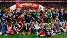 GRA422. MADRID, 22/05/2016.- Los jugadores del FC Barcelona posan con el trofeo tras vencer al Sevilla en la final de la Copa del Rey disputada esta noche en el estadio Vicente Calder�n, en Madrid. EFE/JuanJo Mart�n