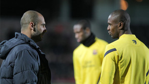 Guardiola, en un entrenamiento con Abidal