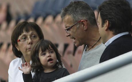 Milan sigui� el entrenamiento del Bar�a desde la falda de su abuelo