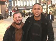 Neymar, con un aficionado en Londres