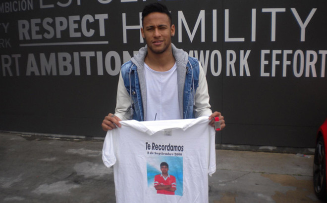 Neymar, con una camiseta en la que se recuerda a Salva Ribas