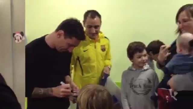 Messi visitó a los más pequeños en el Hospital de Barcelona