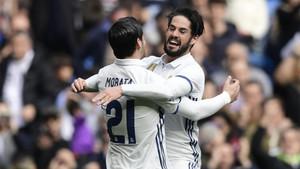 Morata e Isco celebran un gol del primero en el Real Madrid - Espanyol de la Liga 2016/17