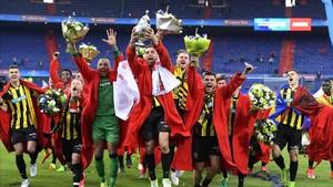 Los jugadores del Vitesse celebran la conquista de la Copa sobre el césped de De Kuip