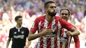 Carrasco celebra su gol, por delante de Griezmann, que anotaría el segundo