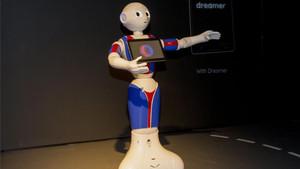 Un robot explica en la entrada del Espai Barça Fundació cómo funciona el recorrido