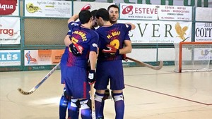 Los jugadores celebran el primer gol, obra de Pau Bargalló
