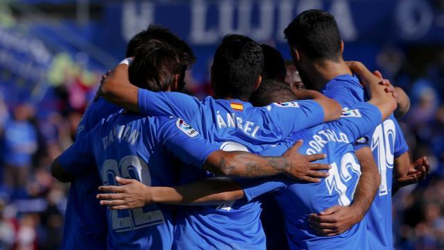 Ángel brilló ante el Alavés y anotó dos tantos con el equipo de Bordalás (ES)