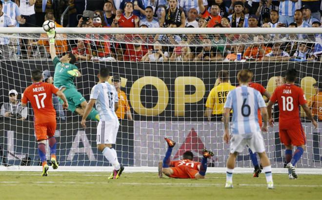 Claudio Bravo evita el gol de Ag�ero en el minuto 99 de la final de la Copa Am�rica entre Chile y Argentina
