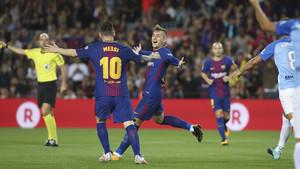 Deulofeu celebra el gol con Messi