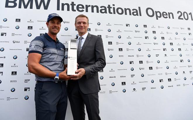 Stenson, orgulloso con el trofeo de campe�n del BMW International
