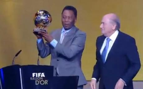Pelé muestra el Balón de Oro de Honor en presencia de Joseph Blatter