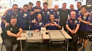 Rossi, con la tarta de Yamaha por su 38 cumpleaños
