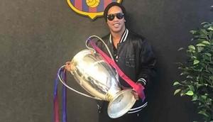 Ronaldinho, en la oficina del Barcelona en Hong Kong