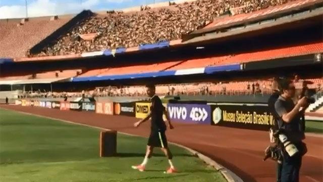 Locura por Neymar en el entrenamiento de Brasil