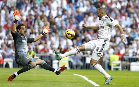 Bravo y Benzema, en un lance del partido
