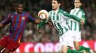Melli, en la imagen con Eto'o, vivió un calvario en el Camp Nou en el 2006