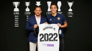 Rodrigo, junto a Anil Murthy, presidente del Valencia