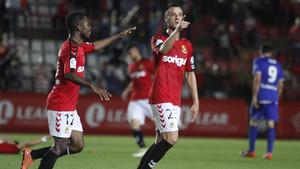 Sergio Tejera, felicitado tras anotar uno de sus goles