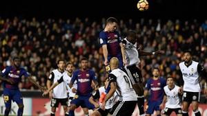 Vermaelen tuvo la oportunidad de marcar en Mestalla