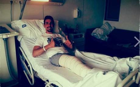 Isaac Cuenca, en la cama del hospital tras su operación