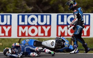 Bastianini, en el suelo tras ser arrollado por Navarro