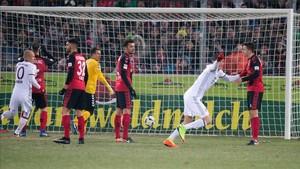 Robben y Lewandowski celebran el gol in extremis que dio la victoria al Bayern en Friburgo