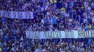 Así era la pancarta dedicada a Totti por los hinchas del Lazio
