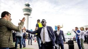 Los jugadores del Ajax, este martes en Schiphol, antes de embarcar rumbo a Estocolmo
