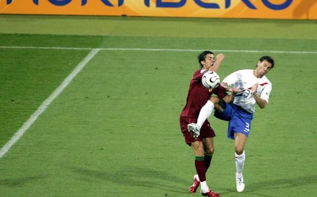 Boulahrouz saca pecho de su brutal entrada a Cristiano en 2006