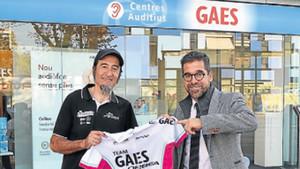 Juanjo Méndez, con Antonio Gassó delante de la sede de Gaes