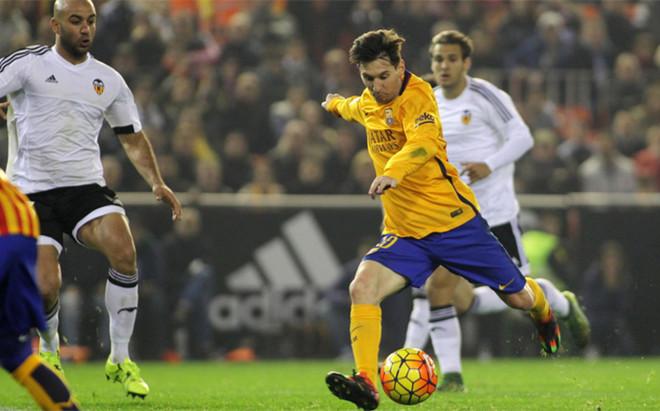 Messi, en una acci�n en Mestalla la pasada temporada (1-1)