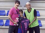 Neymar junto al cantante y vocalista del grupo Red Hot Chili Peppers, que este viernes ha presenciado el entrenamiento del FC Barcelona junto a su hija