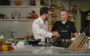 Andrés Iniesta compartió fogones con el cocinero Quique Dacosta