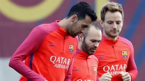 Sergio Busquets, Andrés Iniesta e Ivan Rakitic durante un entrenamiento del FC Barcelona