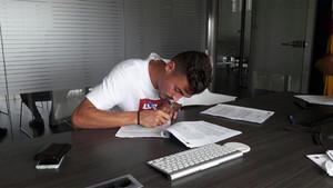 José Luis Trápaga firmó como nuevo jugador del Barça B este martes