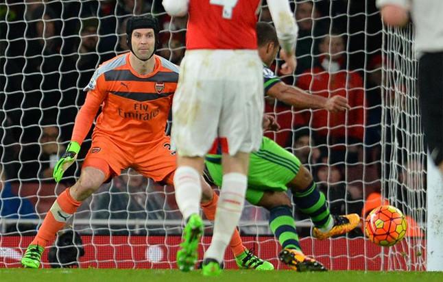 """Cech se lesiona y Wenger muestra su """"plena confianza"""" en Ospina"""