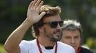 Fernando Alonso saluda a los aficionados a su llegada al circuito de Marina Bay