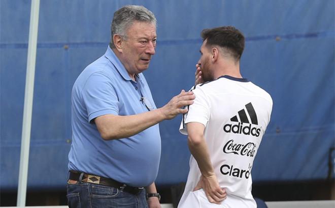 Luis Segura, presidente de la AFA, dialoga con Leo Messi en la concentraci�n de Argentina durante la Copa Am�rica 2016