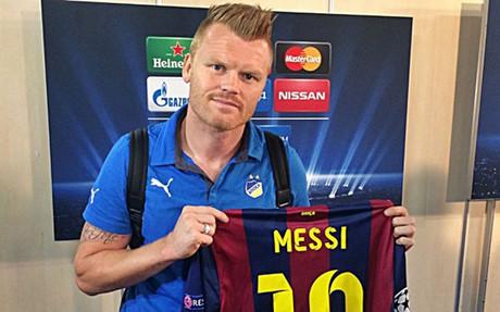 Riise luce orgulloso la camiseta de Messi