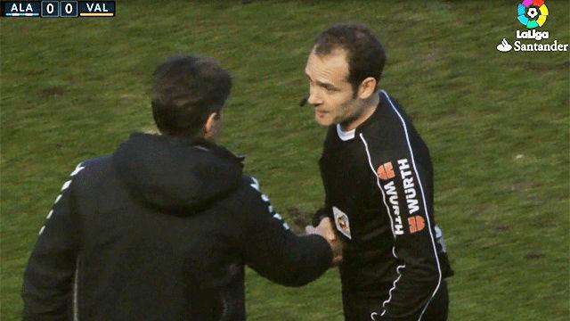Lo nunca visto: ¡El árbitro del Alavés - Valencia se disculpó con el banquillo por un error suyo!