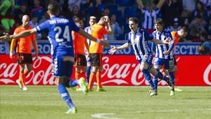Ibai celebra el tanto del empate del Alavés, ante la decepción de los valencianistas