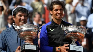Rafa Nadal y su tío y entrenador, Toni Nadal, en el podio de París