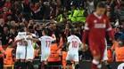 Los jugadores del Sevilla celebran el gol del empate de Correa