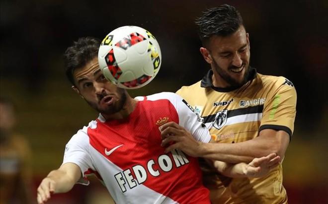 Bernardo Silva pugna con Pablo Mart�nez