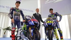 Meregalli, con Rossi y Lorenzo en la presentación del Team Yamaha 2016