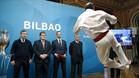 Aurreku de honor para los asistentes a la presentación del logo de Bilbao de la Euro 2020