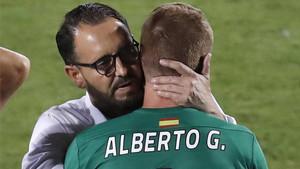 Bordalás, abrazando al portero Alberto García tras el partido de este sábado