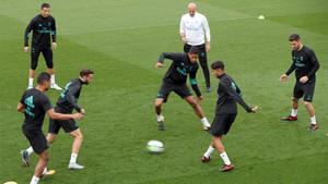 Zinedine Zidane (al fondo, de blanco) durante el entrenamiento de su equipo previo al partido contra el Espanyol